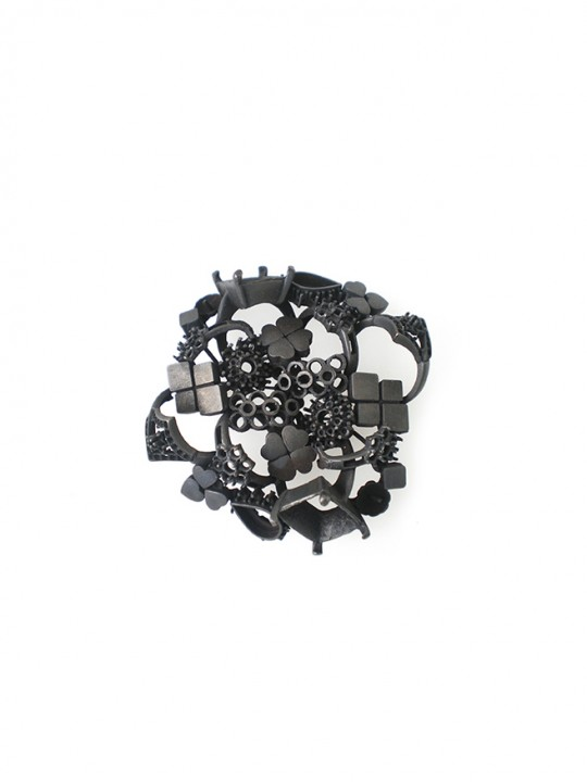 Serie 2. Sujeto C. 2011. Brooch; Oxidiced brass. Lost wax casting. 70X70x20mm.